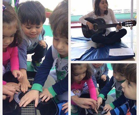 Aula de música com violão desenvolve a coordenação motora